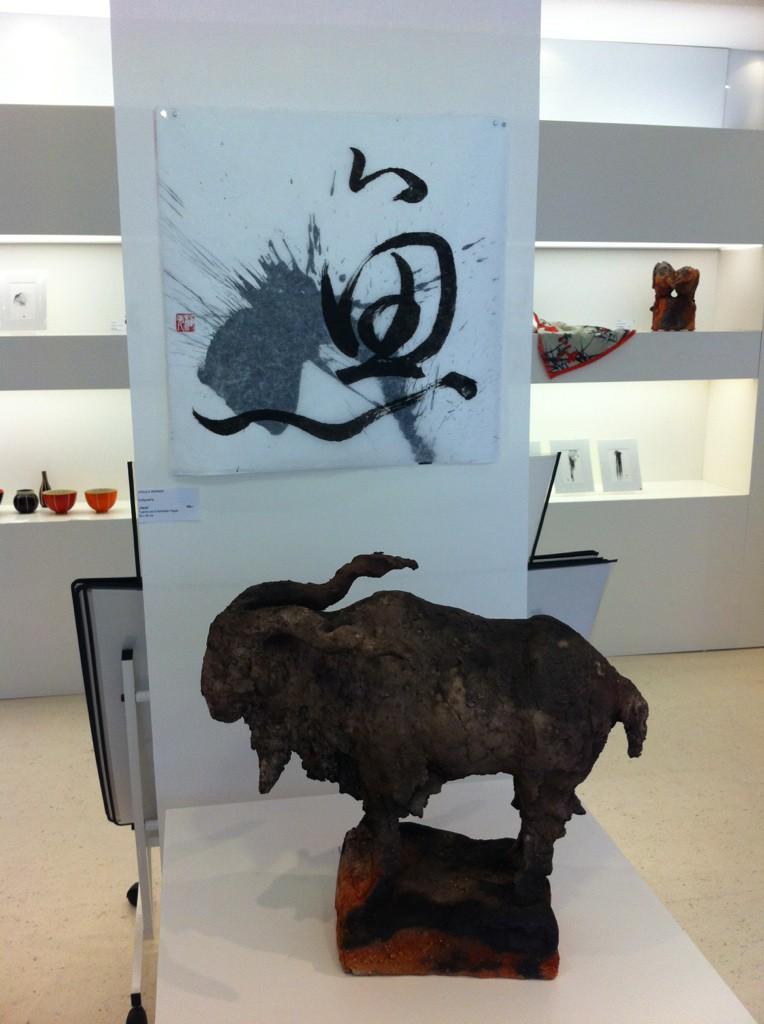 """Ausstellungssituation """"Rauchzeichen"""": Ziegenskulptur Ule Ewelt, Kalligraphie Ursula Werner; Foto: Craftkontor."""