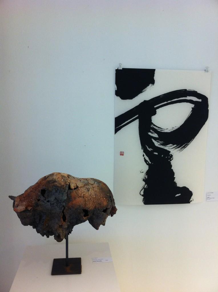 """Ausstellung """"Rauchzeichen""""; Bison-Torso Ule Ewelt; Kalligraphie Ursula Werner; Foto: Craftkontor"""