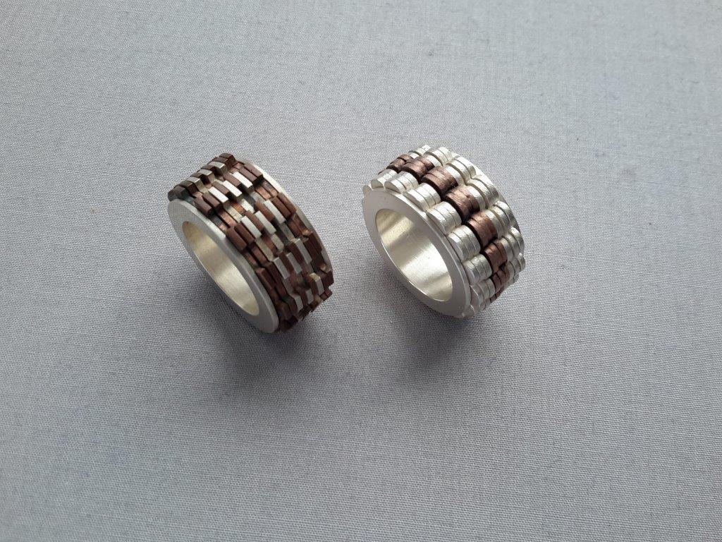 Theda K. Besser, Ring aus beweglichen Scheiben, Silber, Messing; Copyright: Theda K. Besser)