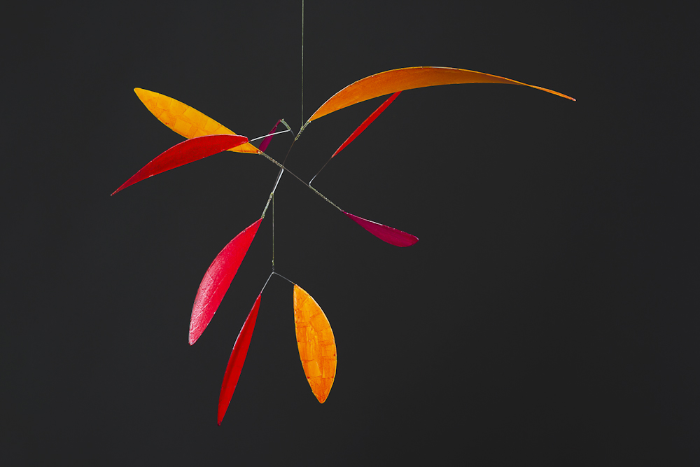 """Annette Rawe, Mobile """"Leaves"""" rot, Papier und Edelstahl;"""