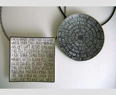 Artemis Zafrane, Anhänger mit ziselierten Worten, Silber;