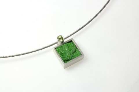 Stefanie Dingel, Anhänger Uwarowit (grüner Granat) mit Citrin;