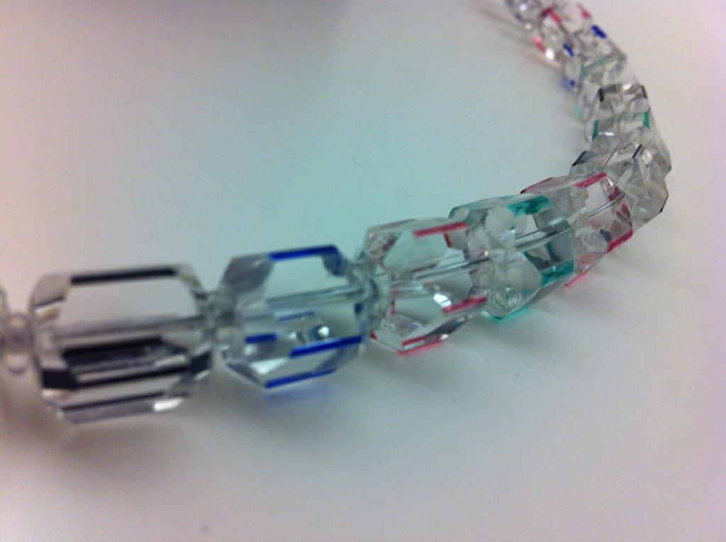 Inge Kern, Glaskette, geschliffene Überfangperlen mit farbigen Kanten; (Foto: Craftkontor; Copyright: Inge Kern)