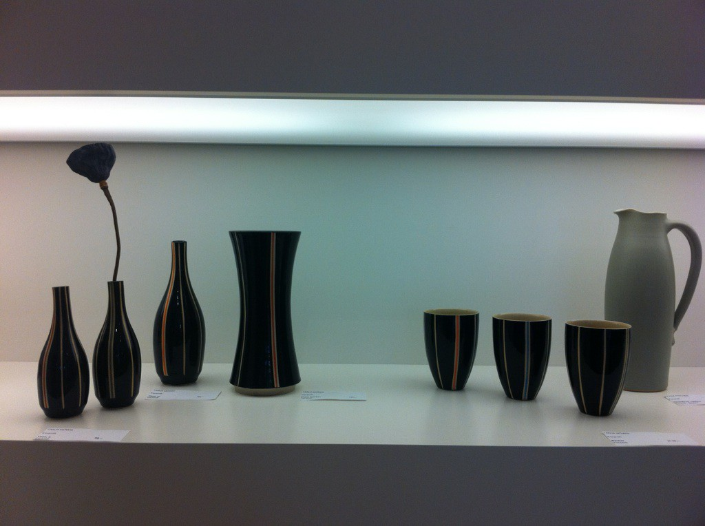 Tanja Möwis, Vasen und Becher im Galerieregal, Keramik; (Copyright: Möwis, Portsteffen)
