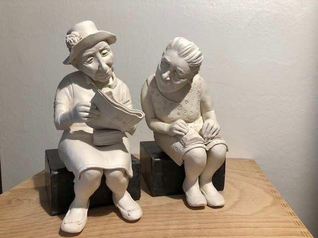 "Johanna Beil, Skulptur ""Die Kreuzworträtslerinnen"", Terrakotta; (Copyright: j. Beil, Foto: Craftkontor)"