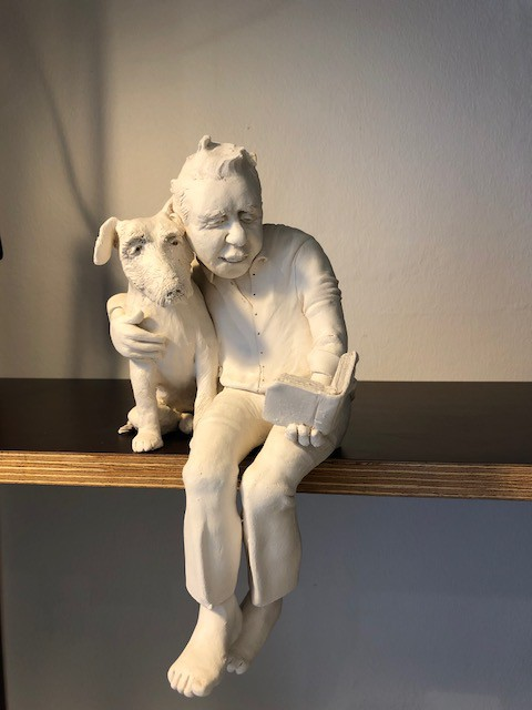 "Johanna Beil, Skulpur ""Lesender mit Hund"", Terrakotta; (Copyright: J. Beil, Foto: Craftkontor)"