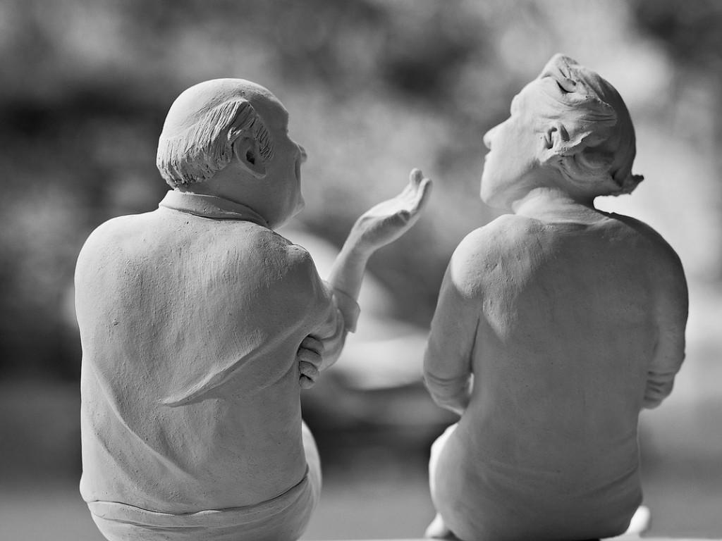 "Johanna Beil, Skulptur ""im Gespräch"", Terrakotta; (Copyright: J. Beil; Foto: Axel Fidelak)"