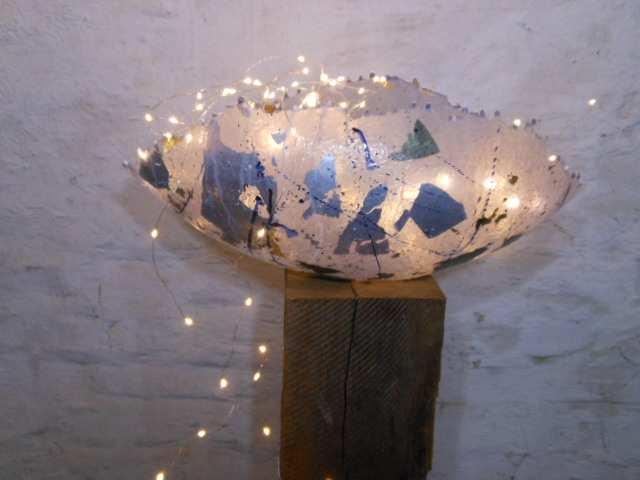 Catherine Bernaisch, Schale mit LEDs beleuchtet, Fiberglas. (Copyright: Bernaisch)