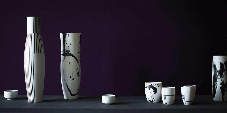 Karin Bablok, Gefäßgruppe mit geometrischer und gestischer Malerei, Basaltglasur auf Porzellan;