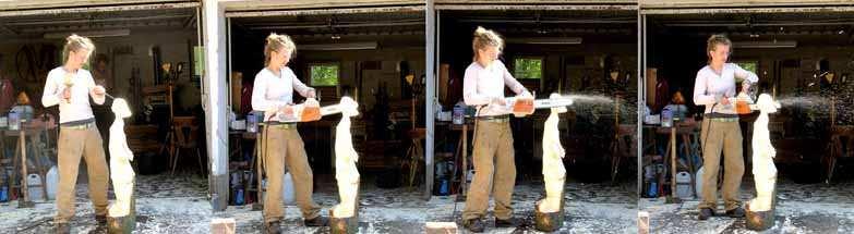 Sundari Arlt bei der Arbeit mit der Kettensäge; Fotocopyright: Arlt