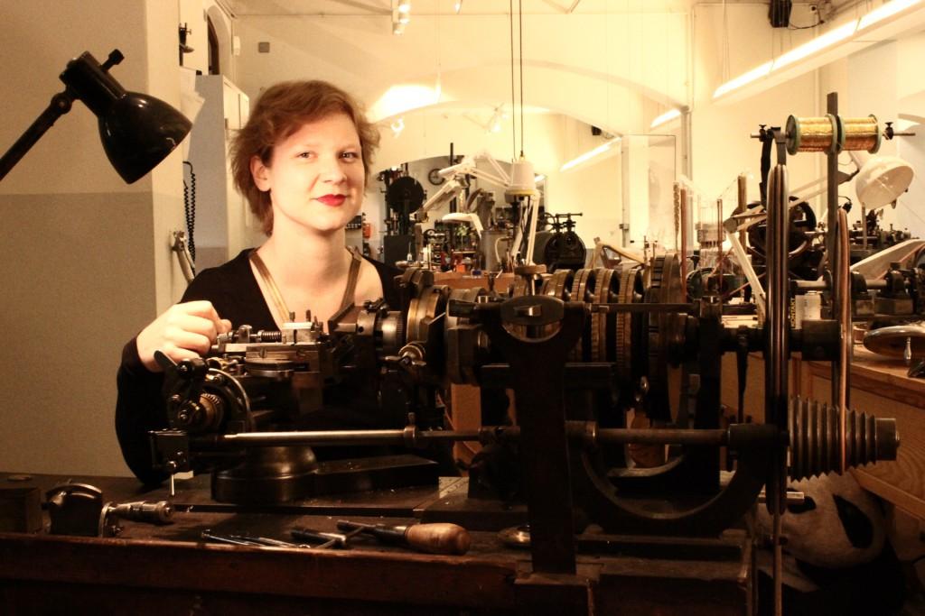 Frieda Dörfer an der Guillochier-Maschine