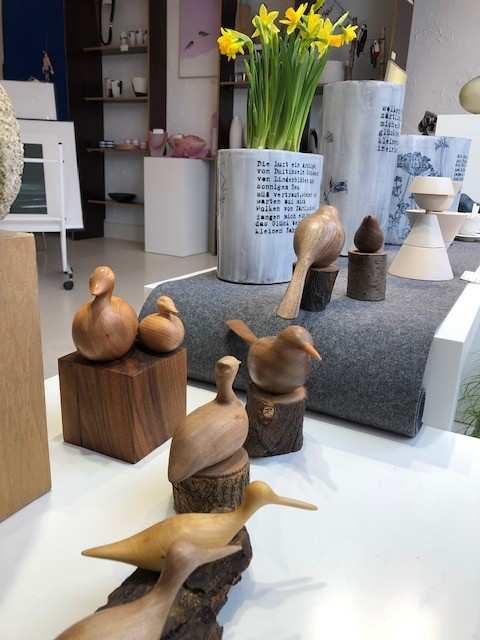 """Fensterdekoration Ausstellung """"Vogelfluglinie"""" mit Holzvögeln von Kalman Incze. (Foto: CRAFTkontor)"""