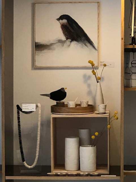 Dekoration im CRAFTkontor mit Holz/Filz Amsel und Acrylgemälde eines Vogels von Mirco Götz; (Foto: CRAFTkontor)