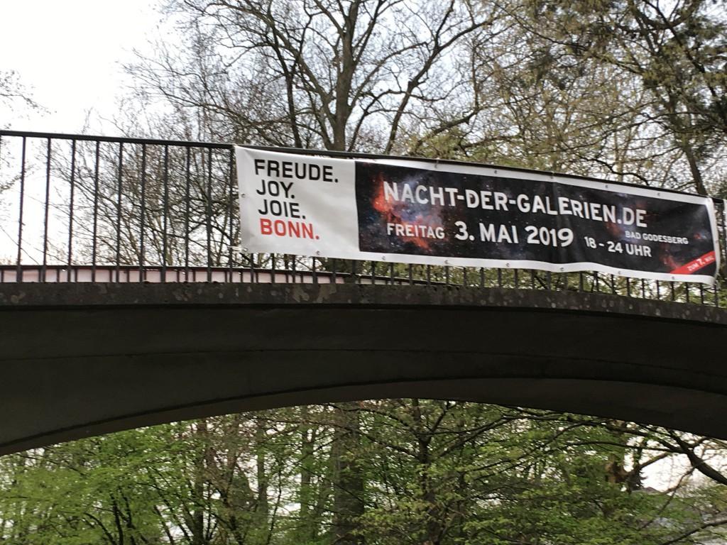 Brückenschlag: Das Banner der 7. Nacht der Galerien in Bonn-BAD GODESBERG (Foto:Laue)