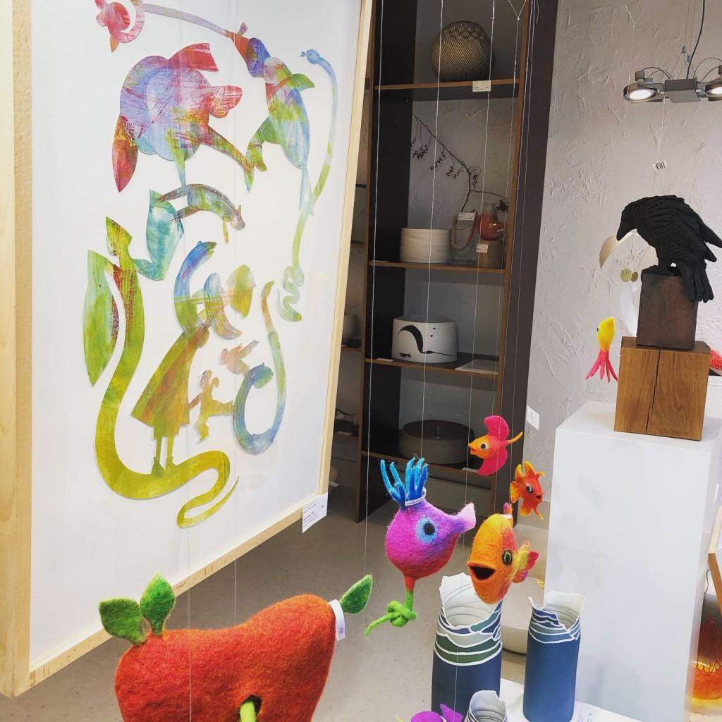 Schaufenster vom CRAFTkontor mit farbigem Scherenschnitt und Filzviechern von Petra Klischat (Foto: Craftkontor)