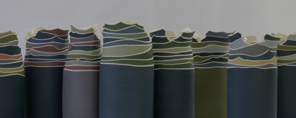 Juliane Herden, Vasen/Gefäße mit gerissenen, gebauten, farbigen Rändern; Porzellan; (Copyright u. Foto: J. Herden)